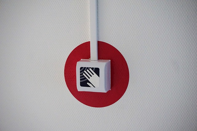A picture of a fire alarm box on a wall